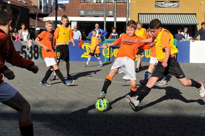 Kinderen bij een straatvoetbaltoernooi. Op 27 september is er een competitie op het Energieplein.