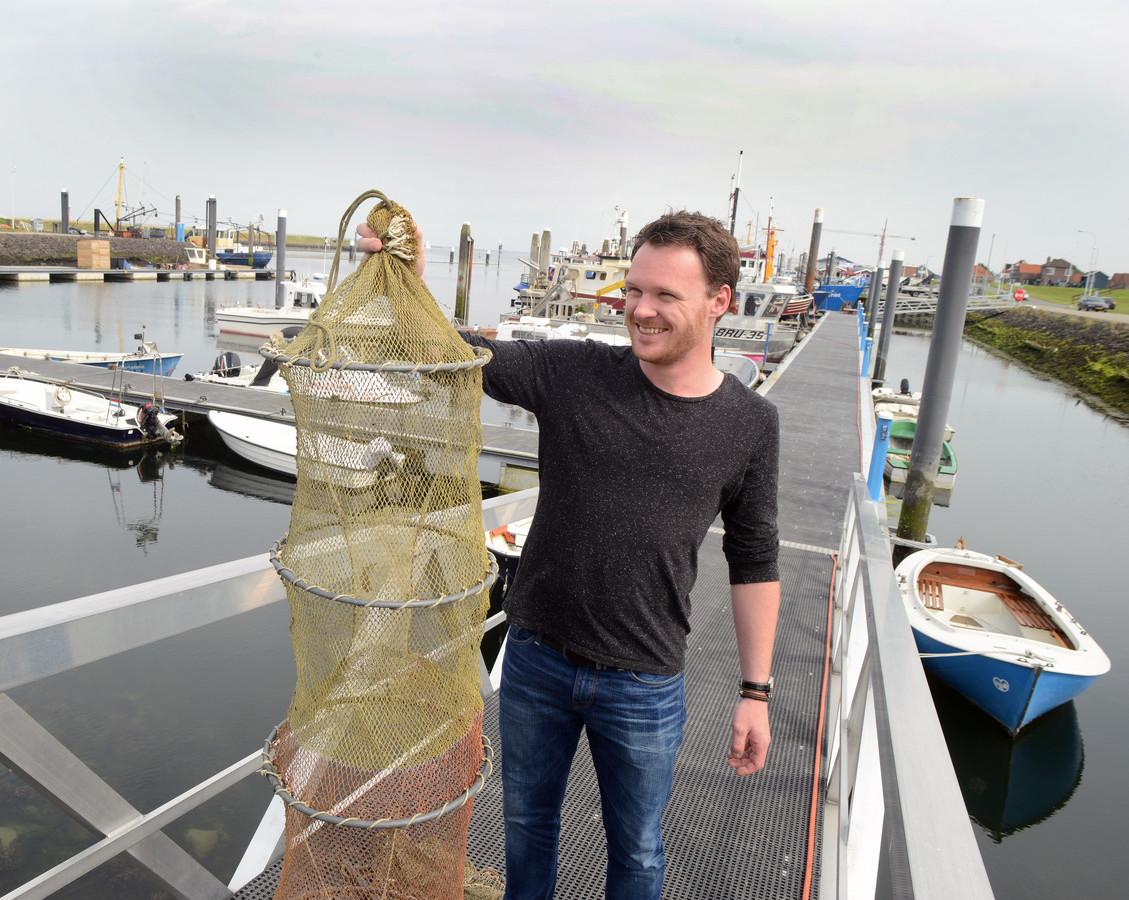 Chef-kok Wouter Kik in de haven van Bruinisse.