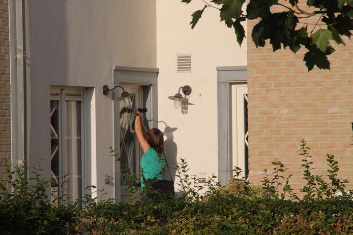 Een speurder verzegelt de woning in Lichtervelde.