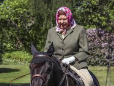 Queen Elizabeth (94) maakt ritje op pony Fern