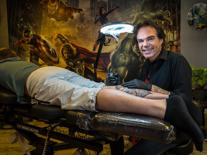 Erwin de Werd aan de slag. ,,Stella'', riep hij op een avond, ,,ik word tatoeëerder.''