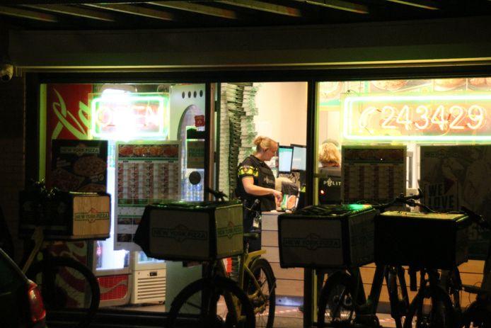 De politie doet onderzoek in de vestiging van New York Pizza aan de Neringweg in Lelystad.