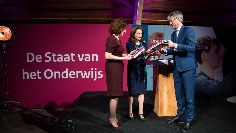 De ministers Ingrid van Engelshoven en Arie Slob ontvangen uit handen van inspecteur-generaal van het Onderwijs Monique Vogelzang het verslag. Beeld anp