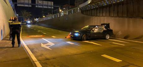 Auto crasht in Willemstunnel, mogelijk door gladheid