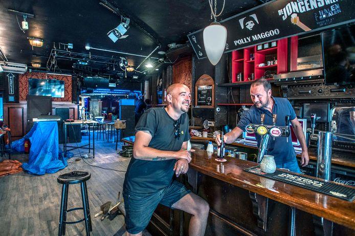Jaap van Ham (r) en Martijn van Son demonstreren hoe dat er ook alweer uitzag: hangen aan de bar.