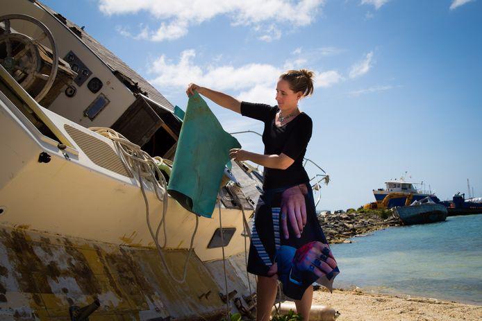 Van de kapotte zeilen laat Lisanne Addink tassen maken voor toeristen.