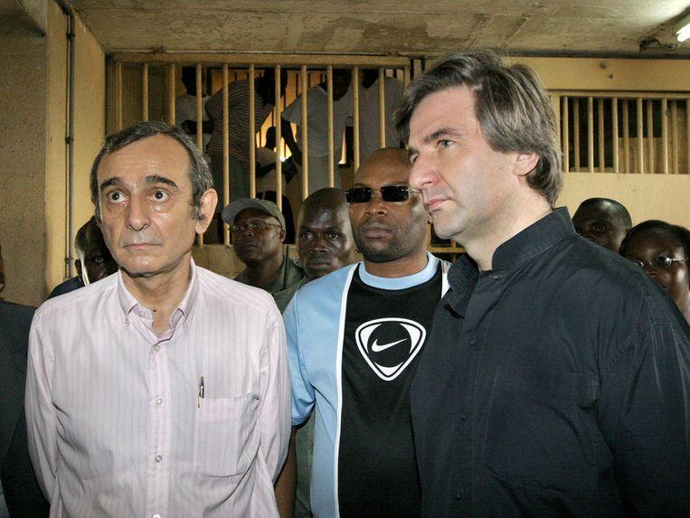 Twee Franse managers van de multinational Trafigura, Claude Dauphin (L) en Jean-Pierre Valentin werden in 2006 naar de Abidjaanse gevangenis overgebracht. ©ANP Beeld