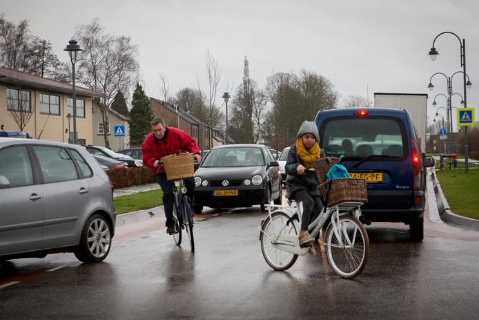 De verkeerssituatie rond scholen in Heteren was volgens ouders niet veilig genoeg. Ook bij scholen in Lingewaard kan het beter, vindt de politiek.