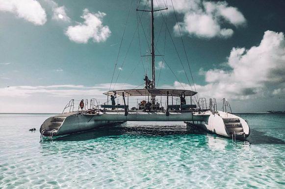 De catamaran waarmee de Belgische reisbloggers op snorkeluitstap gingen.