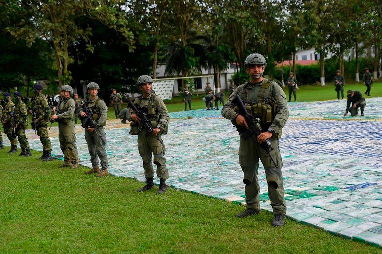 De Colombiaanse drugspolitie bewaakt de vondst van 12 ton cocaïne.