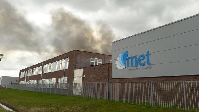 De rook bereikte ook MET, school voor praktijkonderwijs. De leerlingen zijn allemaal geëvacueerd.