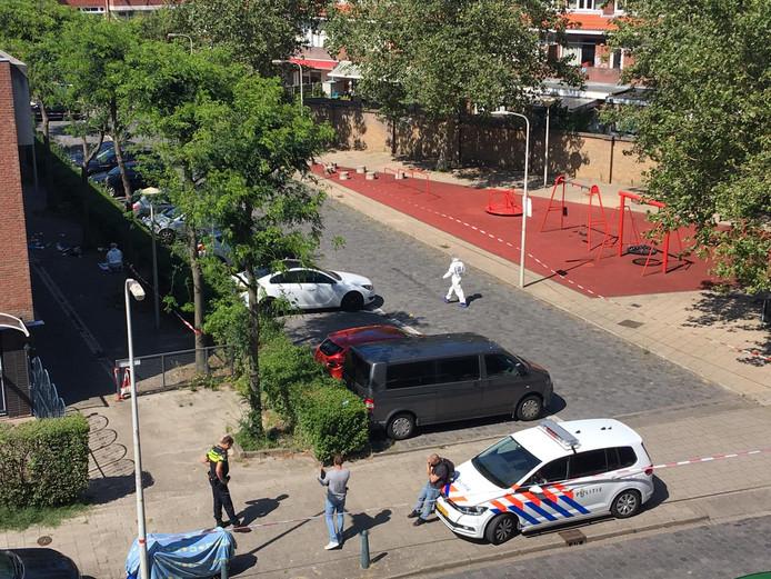 Een persoon is vanmiddag gewond geraakt bij een steekincident op de Jacob Schorerlaan in de wijk Groente- en Fruitmarkt in Den Haag