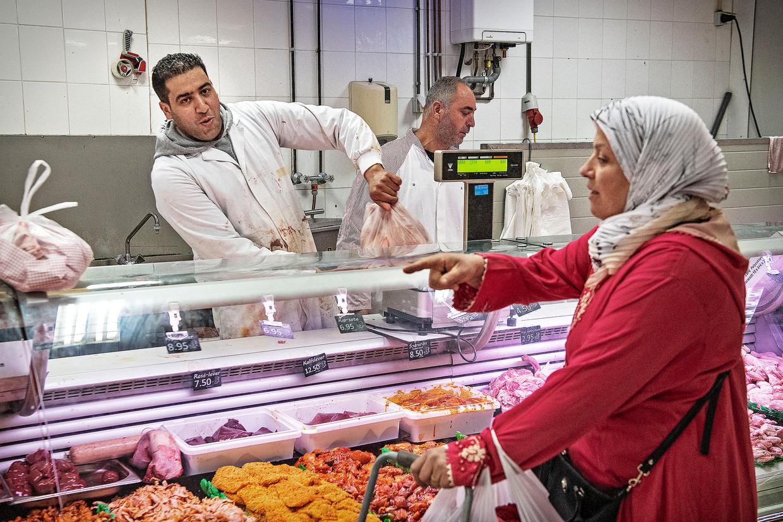 Supermarkt Yakhlaf in de Amsterdamse Javastraat tijdens de ramadan. Hamza Yakhlaf (27) zegt in deze periode 75 procent meer omzet te draaien. Beeld null