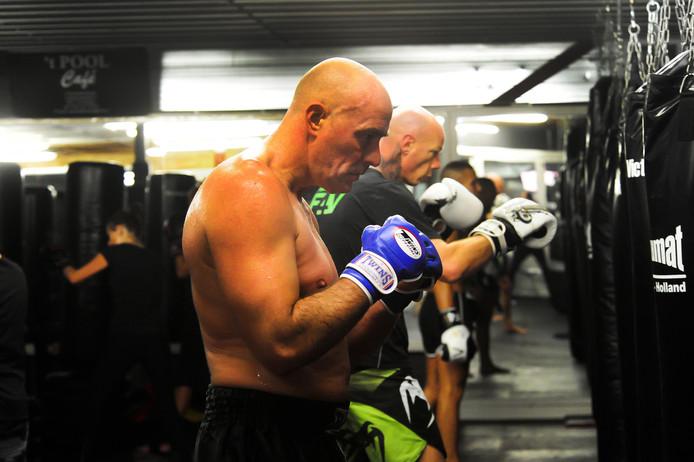 John Karelse tijdens zijn kickbokstraining in Breda. Naast hem trainer Rien Christiaanen, de eigenaar van sportschool Fight 4 Victory.