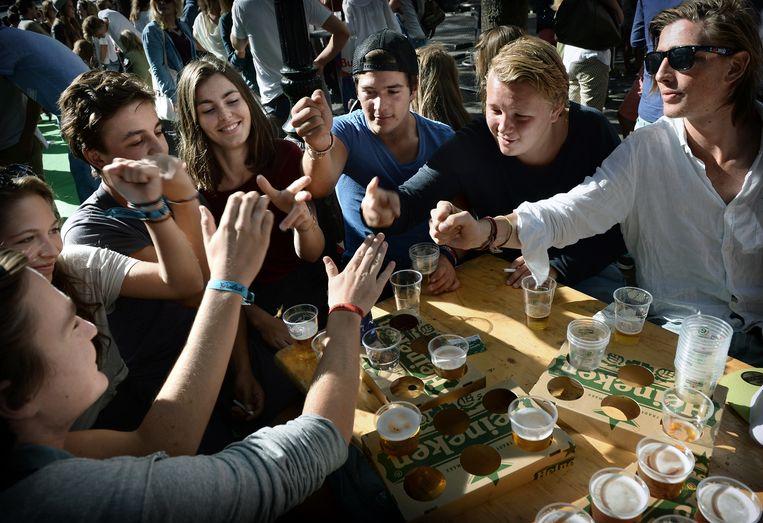 Utrechtse studenten tijdens de introductieweek. Beeld Marcel van den Bergh