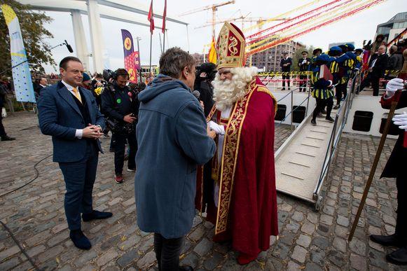 De Sint komt aan in Antwerpen. Hij wordt ontvangen door Bart De Wever en Bart Peeters.