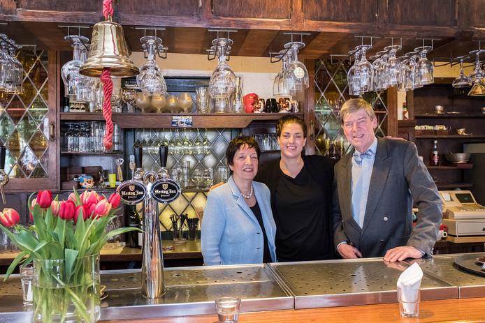 Toon en Marian von der Haar en dochter Dorien gaan Hotel de Kroon na 25 jaar verlaten. Het pand is verkocht aan Britt (22) en Nena (24) van Arensbergen. Zij zijn de nieuwe eigenaressen.