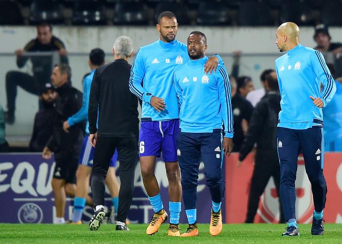 Patrice Evra wordt gekalmeerd door ploeggenoot Rolando.