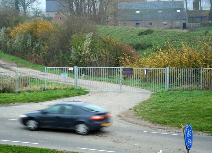 Het hek bij het terrein van Rijkswaterstaat langs de Duivelshoekseweg in Breskens waar de auto van Ploegstra werd gevonden.