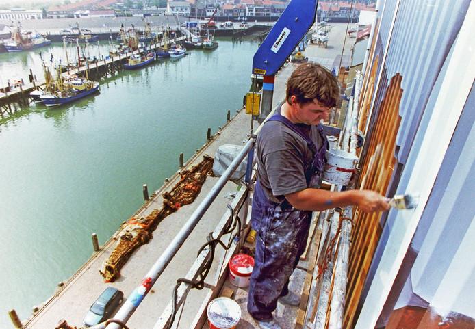 Johnny Beerens bezig met het schilderen van de vissen en de broden op de graansilo van Breskens, 1997.