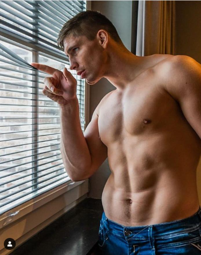 Rico Verhoeven voor zijn raam.