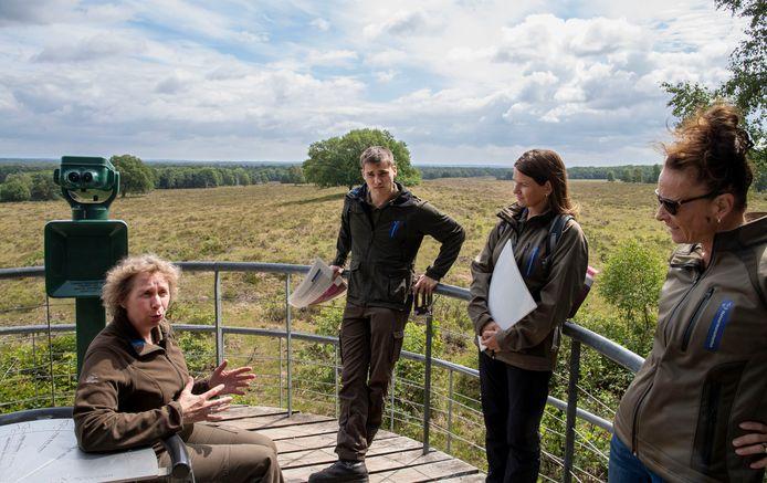 Medewerkers van Natuurmonumenten geven uitleg over de beheersmaatregelen op de hei bij De Valenberg. Van Links naar rechts: Ellen ter Stege, Siard de Meijer, Ramona Fredriks en Adinda Crans.