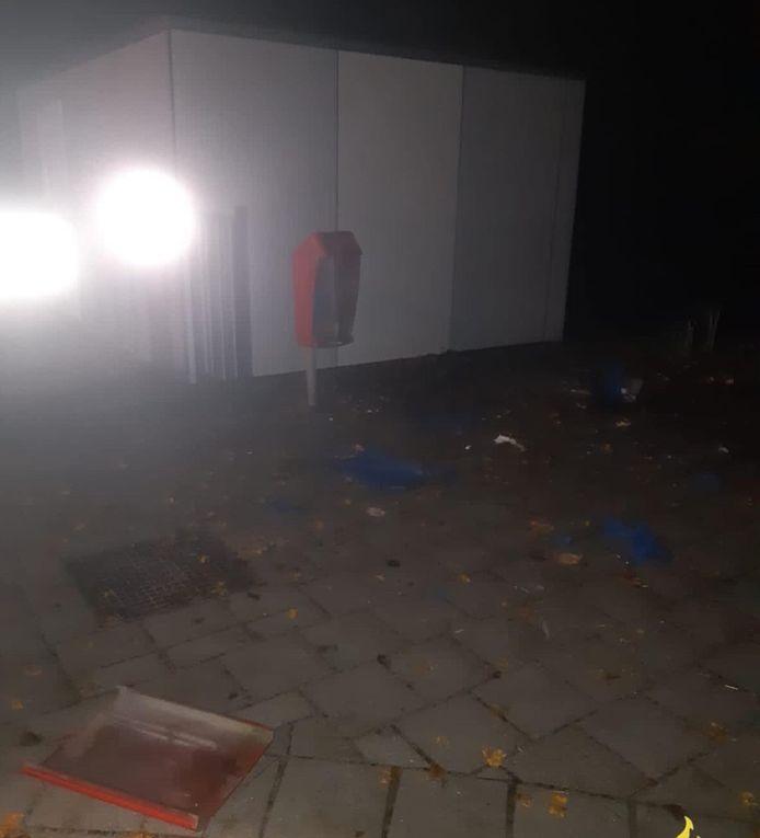 Een prullenbak en een container op het schoolplein van basisschool De Meander in Lelystad zijn verwoest nadat twee jongens van 14 er vuurwerk ingooiden.