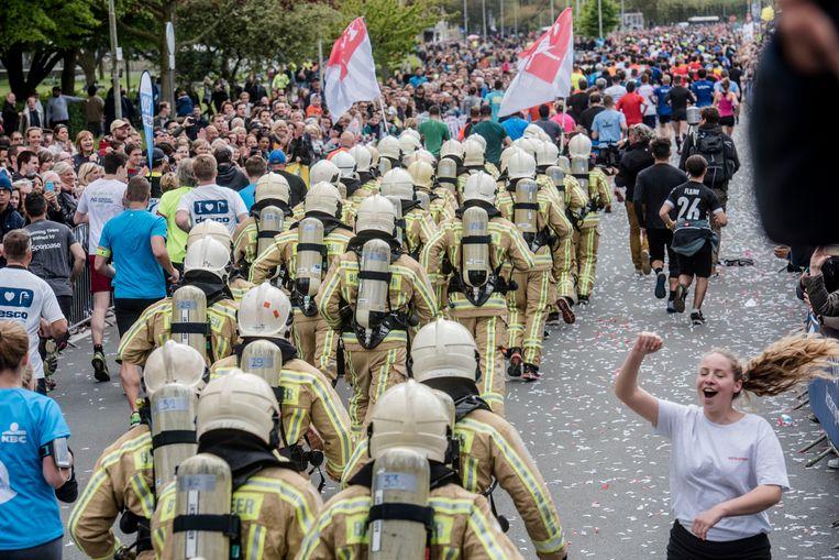 Brandweermannen liepen vorig jaar in volle uitrusting de zestien kilometer door Antwerpen.