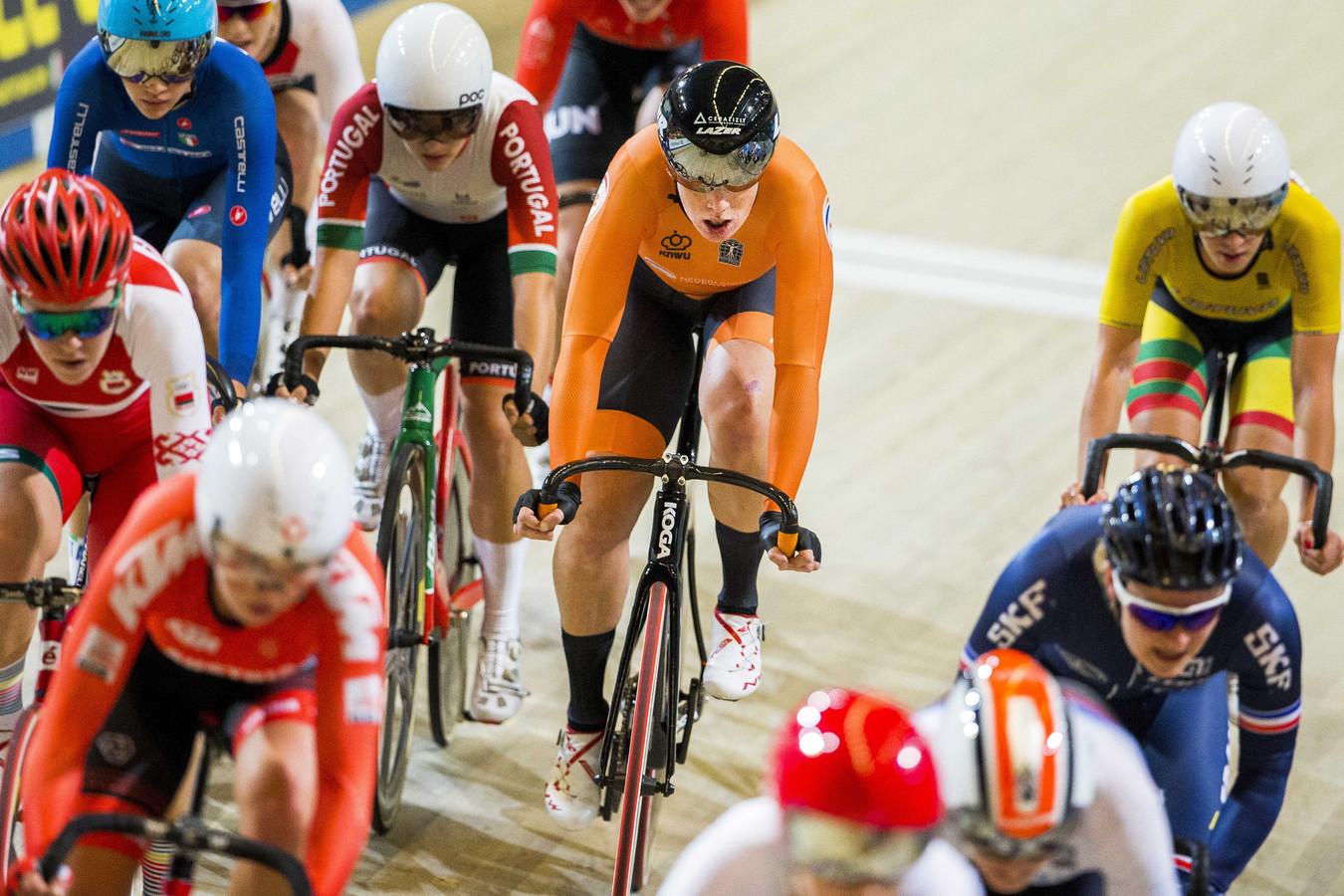 Kirsten Wild (midden) tijdens de vrouwen scratch finale op het Europees kampioenschap baanwielrennen.