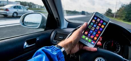 Bijna twee miljoen euro aan boetes voor bellen in de auto in Brabant