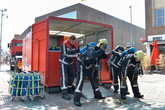 De Logistieke Eenheid zorgt onder meer voor nieuwe ademlucht-cilinders, waarmee brandweermensen bijvoorbeeld in rokerige ruimtes kunnen blijven ademen.