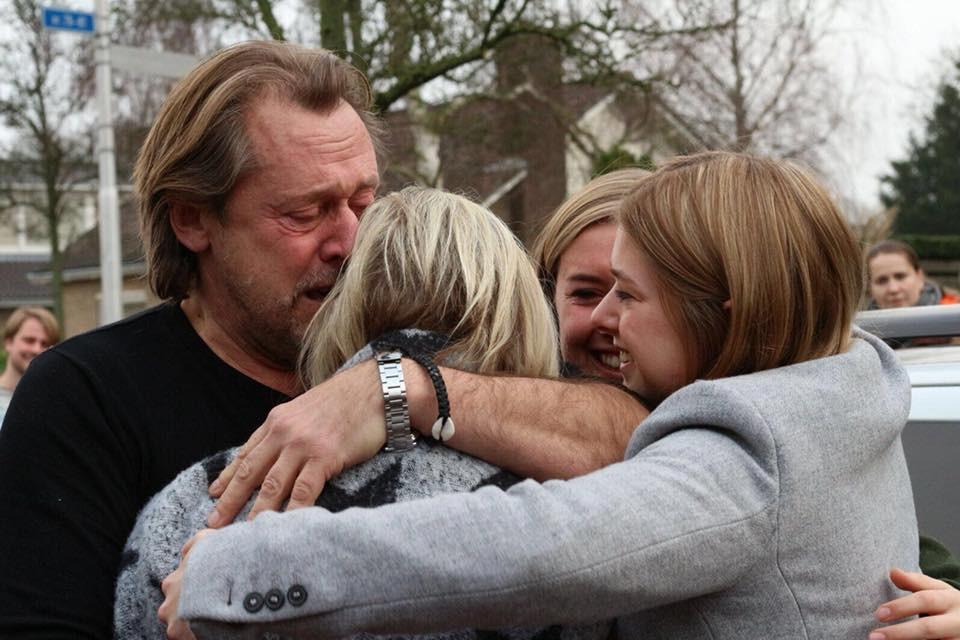 Simone knuffelt haar familie na haar ontslag uit het ziekenhuis.