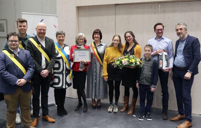 De familie van Karel Van Noppen kwam het ereburgerschap in ontvangst op het gemeentehuis. In het midden weduwe Mieke Hendrickx en rechts Wim Peeters, oprichter van de Stichting Karel Van Noppen .
