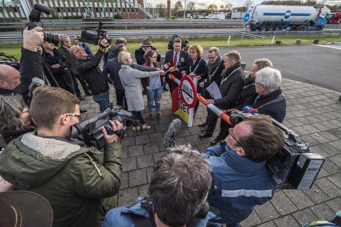 Veel Nederlandse en Duitse media komen op de protestactie af. Foto: Reinier van Willigen