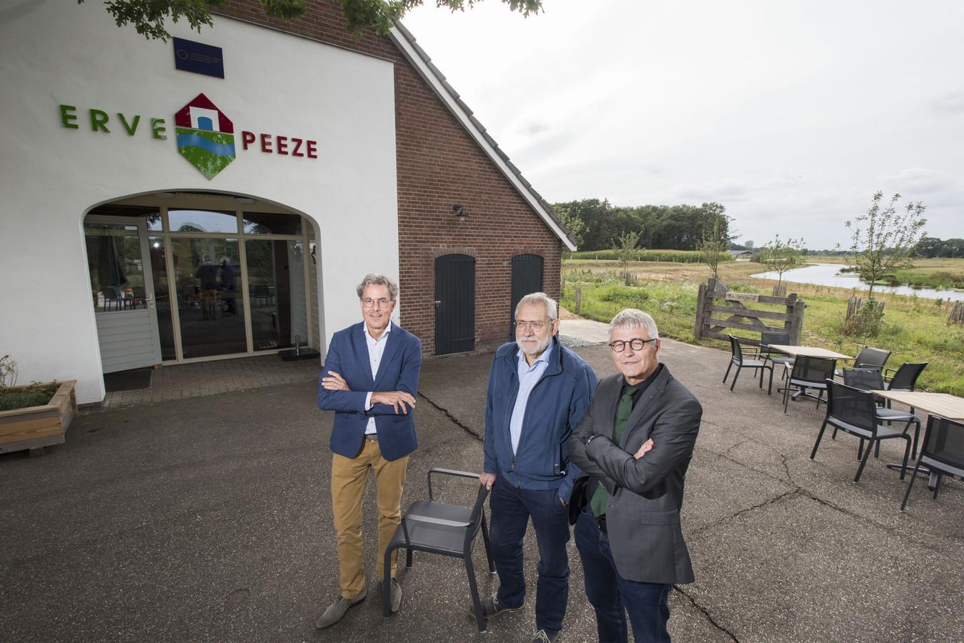 Watergraaf Stefan Kuks, initiatiefnemer Hennie Kuiphuis en Jacob van Olst, directeur Landschap Overijssel, bij het net geopende Erve Peeze.
