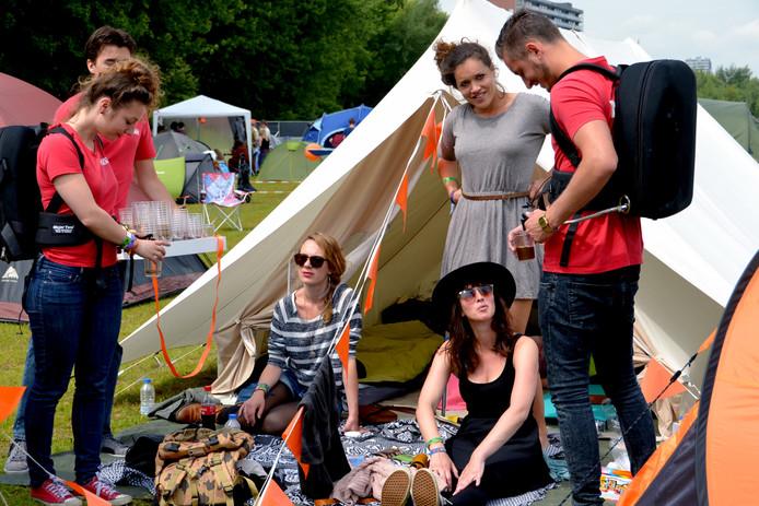 Bezoekers uit Winterswijk krijgen gratis koffie op de Tilburgse stadscamping. Archieffoto BeeldWerkt