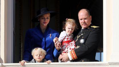 Albert, Charlène en hun schattige tweeling vieren de nationale feestdag van Monaco