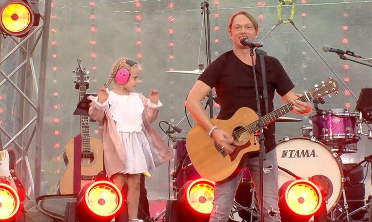 De 'star quality' zit in de familie: tijdens de Radio 2 Zomerhit-show huppelt de 5-jarige Ellie Martha vrolijk rond op het podium.