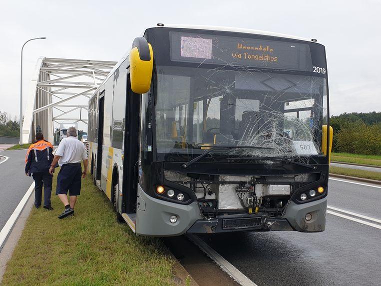 De voorruit van de bus raakte beschadigd.
