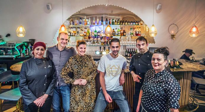 V.l.n.r. Zahra, Maarten, Pamela, Ali, Arpad en Annick van Lorelei Café aan het Regentesseplein in Den Haag.