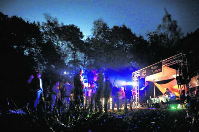 Illegale houseparty in 2014 in de bossen van Breda.