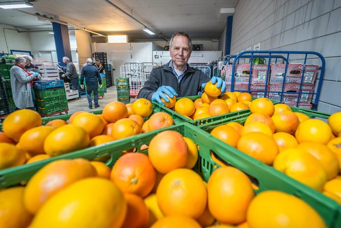 """Peter Vogelaar is blij: ,,Het aanbod bij de Voedselbank Delft is groter dan ooit."""""""