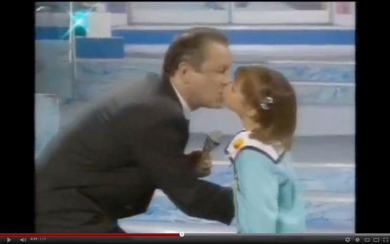 Kinderen begroeten op Walters wijze, Walter Capiau kust kinderen op de mond.