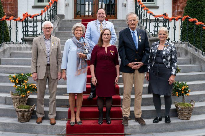 De gedecoreerden in Vught vlnr: A. van Kessel, E. Sietsma, P. Kers, burgemeester van de Mortel, M. Westerouen van Meeteren en  J. Blomjous.