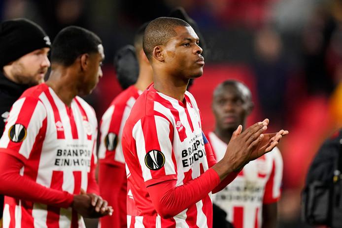 Aanvoerder Denzel Dumfries bedankt het PSV-publiek.