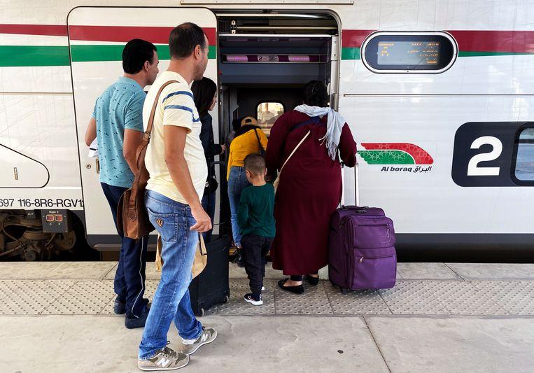 Passagiers stappen in de HSL. Beeld Freek van den Bergh