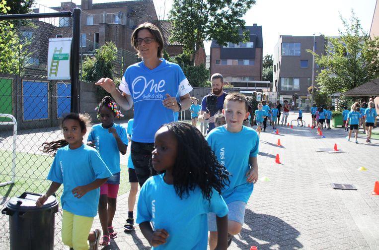 Tia Hellebaut, voormalige hoogspringster en zevenkampster, liep mee met de groep leerlingen tijdens de mijl die de kinderen dagelijks lopen op school.
