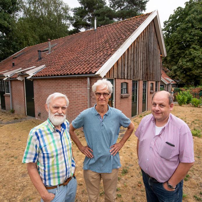 Marinus Trommel, Tom Comman en Erik-Jan Noltus  bij de voormalige kapschuur aan De Gors die verbouwd wordt tot Noaberhuus voor de wijk Windmolenbroek.