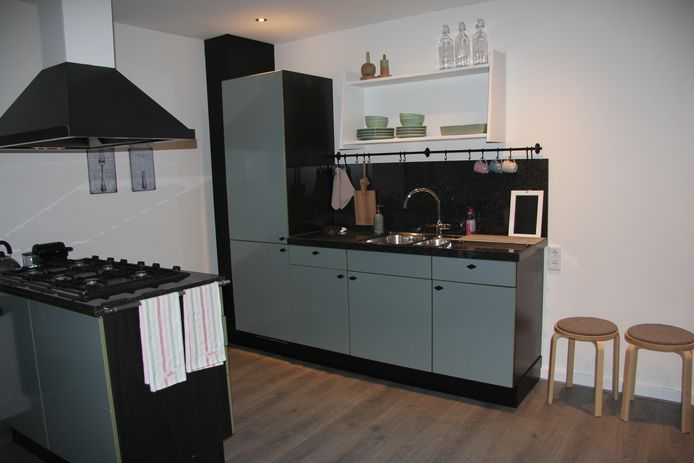 In een volledig ingerichte keuken kunnen maaltijden worden klaargemaakt.