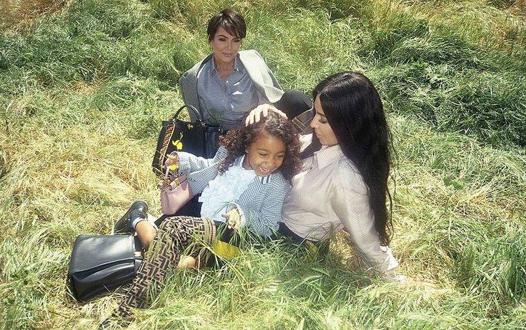 """Kris Jenner en Kim Kardashian met haar dochter North. """"Mijn kind heeft al eens hondenvoer gegeten"""", verklapte Kim nu openhartig."""
